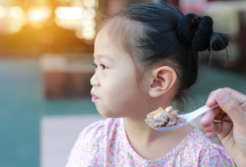 Cha mẹ thông thái học cách hiểu ngôn ngữ của trẻ trên bàn ăn qua 5 dấu hiệu này - Ảnh 5