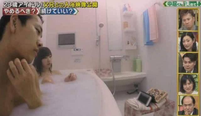 Con gái 20 tuổi vẫn tắm chung với bố, hành động âu yếm thân mật - Ảnh 3