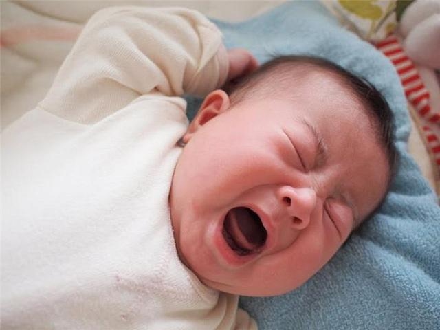 Trị viêm tai giữa bằng rau diếp cá: Bác sĩ Nhi cảnh báo bố mẹ coi chừng hại con - Ảnh 1