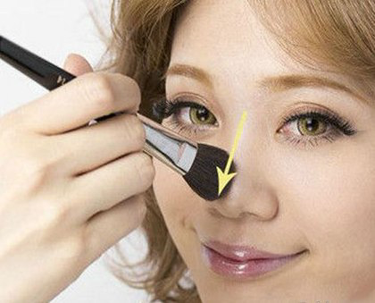 Tán phấn viền lên cánh mũi cho đều để tạo độ cao hơn cho mũi