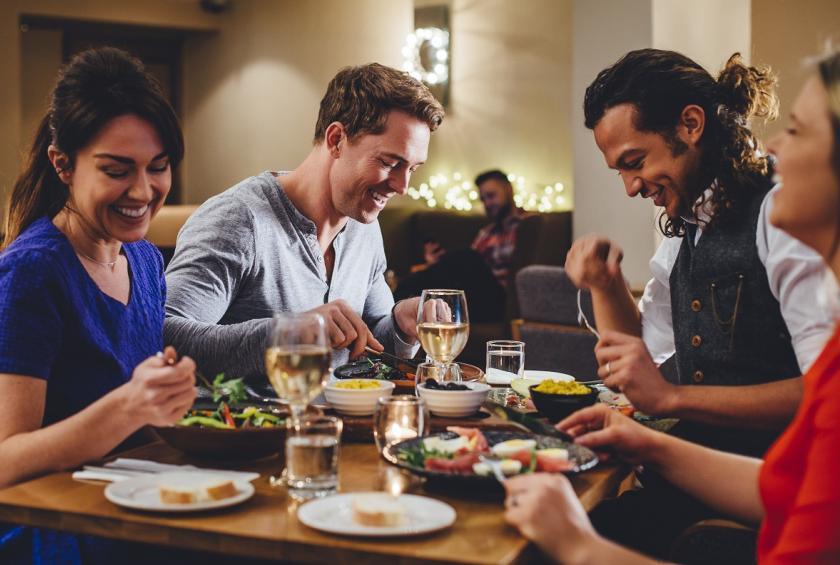 Hẹn hò bạn bè ăn uống vui vẻ, FA ngày Valentine lại càng vui