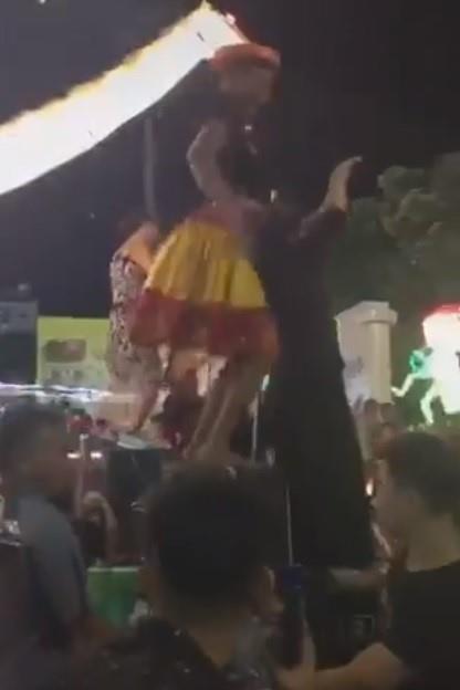 Mặc váy dân tộc, nhảy nhót phản cảm trong hội Trung thu ở Tuyên Quang - Ảnh 1
