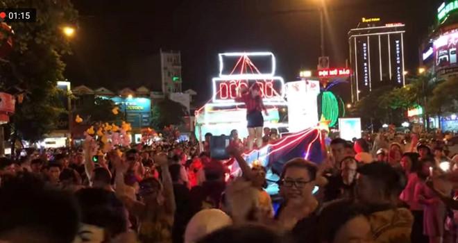 Mặc váy dân tộc, nhảy nhót phản cảm trong hội Trung thu ở Tuyên Quang - Ảnh 2