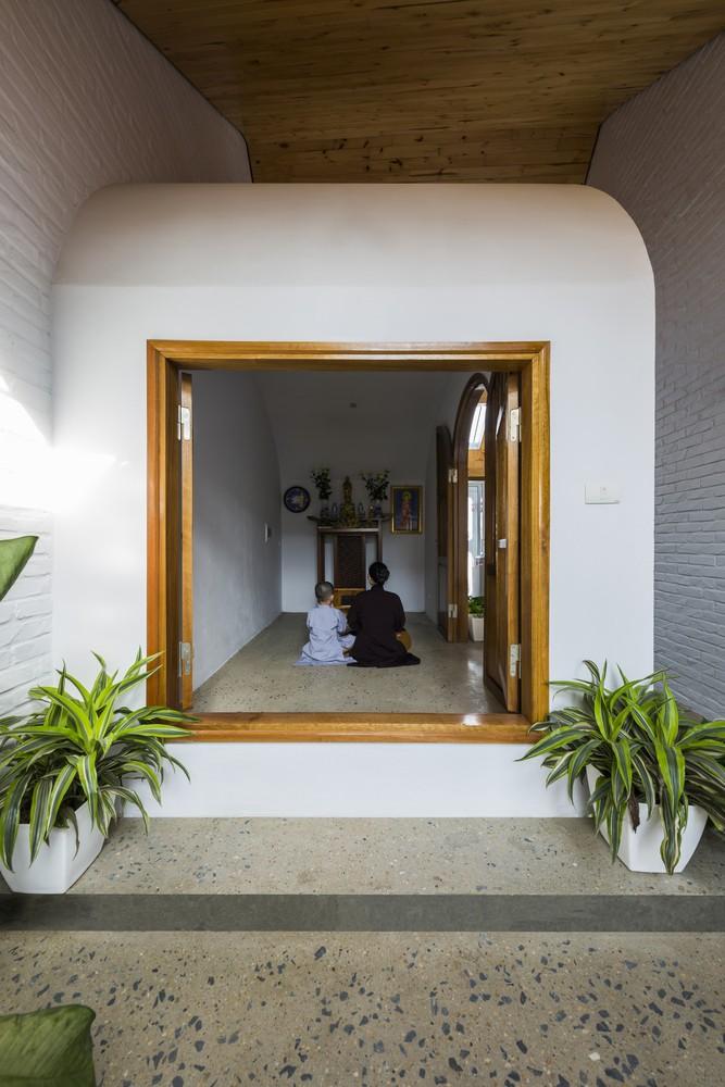 Ngôi nhà nằm trong hẻm nhỏ nhưng không thiếu sáng - Ảnh 2