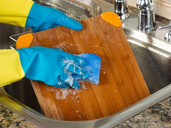 Kinh ngạc trước thứ vật dụng quen thuộc trong nhà bếp chứa vi khuẩn nhiều gấp 200 lần bồn cầu - Ảnh 1