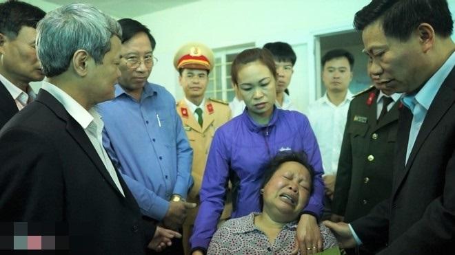 Mẹ khóc ngất khi con trai duy nhất chết trong vụ nổ xe khách - Ảnh 1
