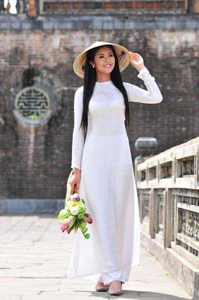 Phụ nữ Việt Nam duyên dáng trong tà áo dài