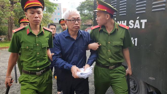 Ông Trần Phương Bình bị áp giải đến tòa