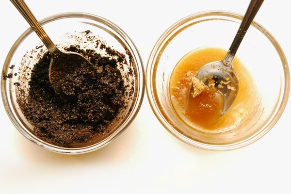 Kết hợp bã cà phê và mật ong làm đẹp da mặt sau sinh