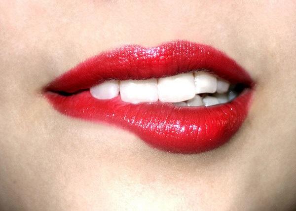 Muốn làm môi đẹp tự nhiên, phải từ bỏ ngay thói quen liếm, cắn môi