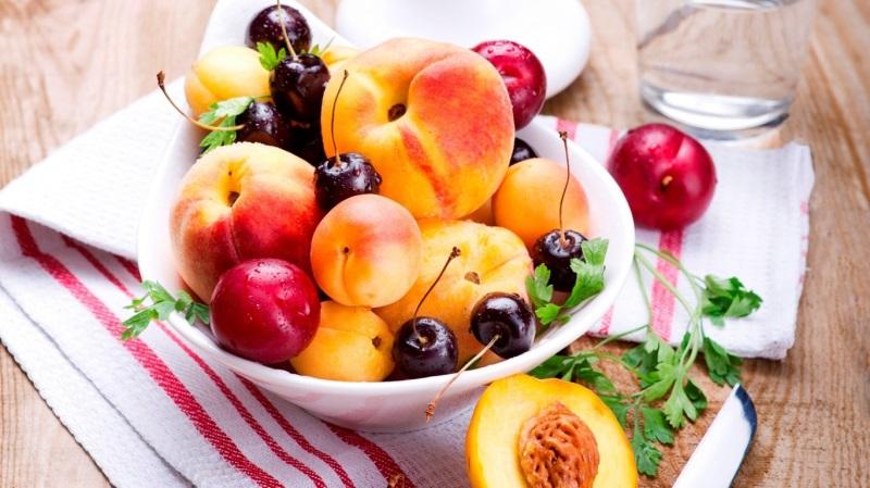 Chế độ ăn nhiều rau xanh và hoa quả giúp làn môi, khỏe mạnh, đẹp từ bên trong