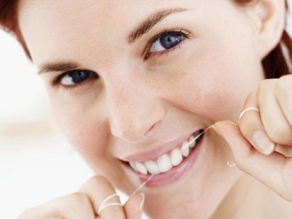Dùng chỉ nha khoa để làm đẹp răng tự nhiên, chắc khỏe