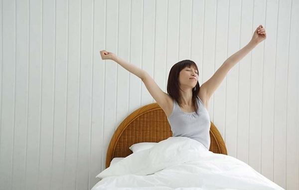Mỗi sáng khi thức dậy, bạn nên dành 2 – 3 phút hít thở thật sâu - Ảnh: Internet
