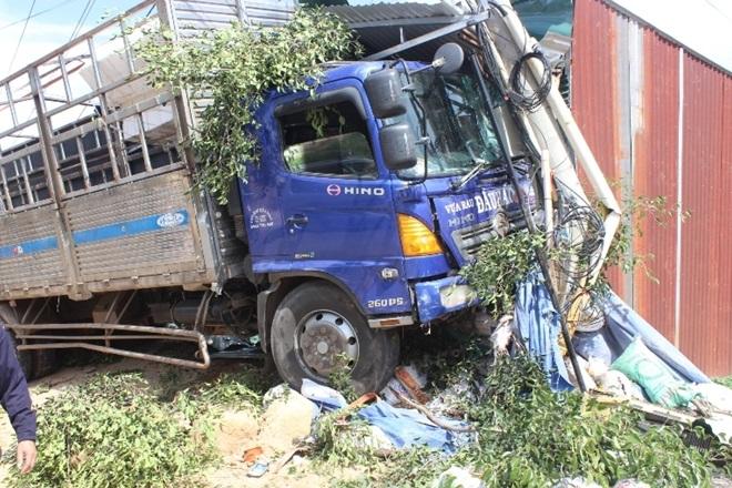 Lâm Đồng: Xe tải mất lái, húc thẳng vào nhà dân - Ảnh 1