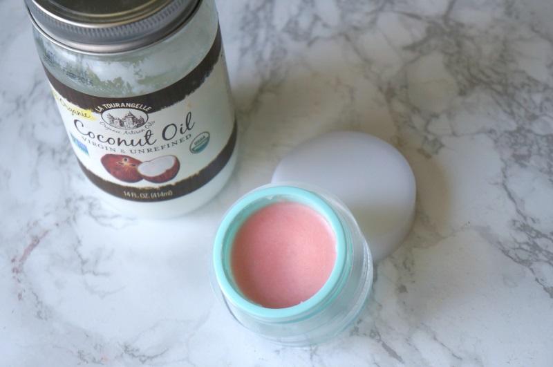 làm hồng môi bằng dầu dừa