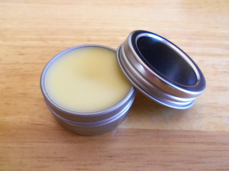 Massage môi với dầu dừa