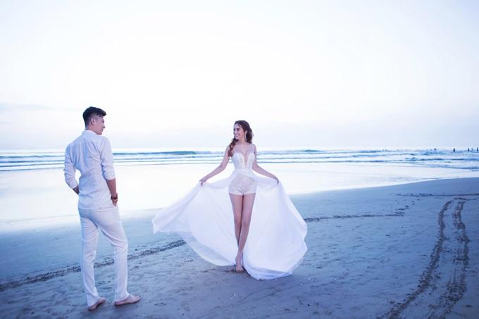 Ngắm trọn vẹn bộ ảnh cưới đẹp như mơ của Lâm Khánh Chi và chồng trên biển  - Ảnh 1