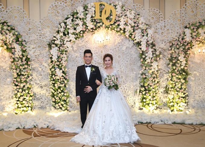 Ca sĩ chuyển giới Lâm Khánh Chi đẹp 'vượt mặt' cô dâu khi tham dự lễ cưới chồng cũ Phi Thanh Vân - Ảnh 1