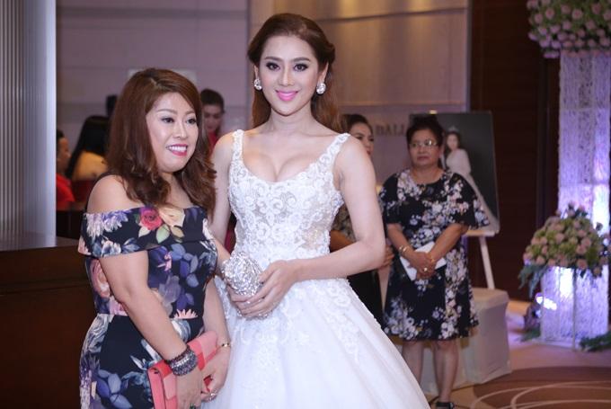 Ca sĩ chuyển giới Lâm Khánh Chi đẹp 'vượt mặt' cô dâu khi tham dự lễ cưới chồng cũ Phi Thanh Vân - Ảnh 3