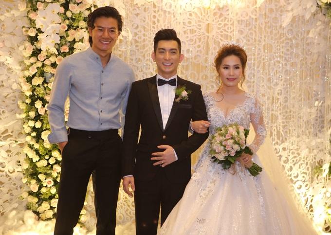 Ca sĩ chuyển giới Lâm Khánh Chi đẹp 'vượt mặt' cô dâu khi tham dự lễ cưới chồng cũ Phi Thanh Vân - Ảnh 5