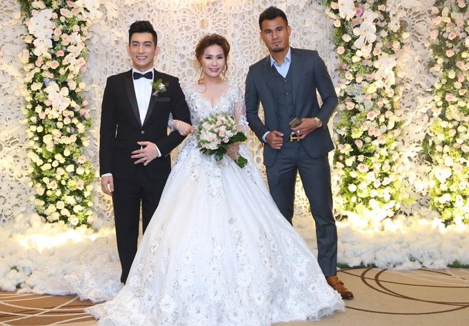 Ca sĩ chuyển giới Lâm Khánh Chi đẹp 'vượt mặt' cô dâu khi tham dự lễ cưới chồng cũ Phi Thanh Vân - Ảnh 7
