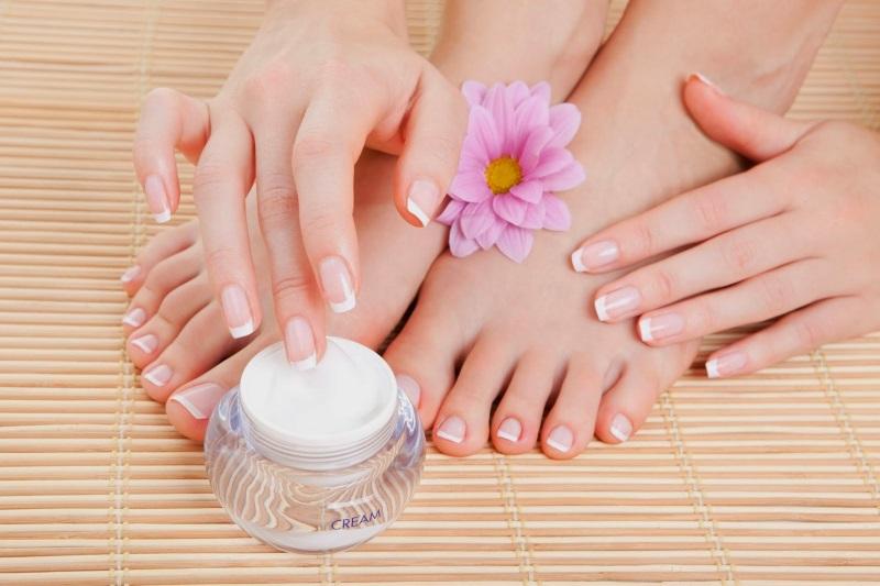 Dùng kem dưỡng ẩm làm mềm gót chân bị chai ngay sau một đêm