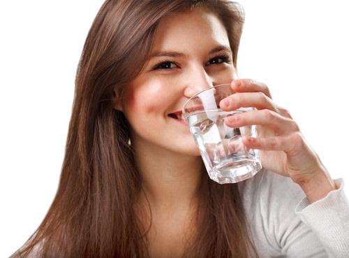 Uống đủ 8 cốc nước hàng ngày, cho bạn vẻ đẹp tươi trẻ, đầu sức sống