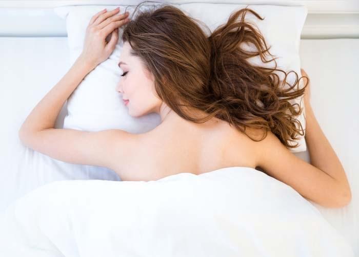 Chọn gối mềm, làm sạch gối, chăn thường xuyên để da giảm mụn, mịn màng hơn