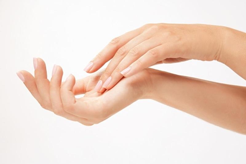 Làm trắng da tay bằng thực phẩm giàu vitamin C.