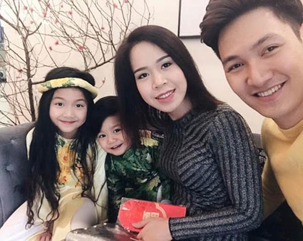 Những người vợ vừa xinh vừa giỏi làm hậu phương vững chắc cho các nam diễn viên điển trai Việt - Ảnh 14