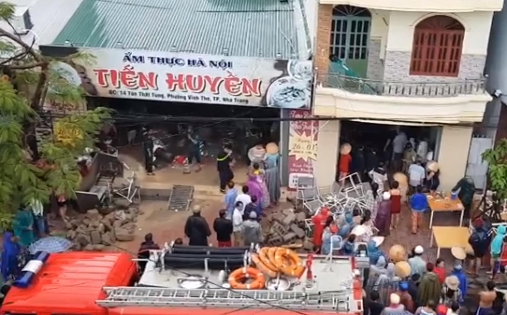 Vụ sập quán phở ở Nha Trang: Mẹ không kịp chạy vào cứu con gái 7 tuổi - Ảnh 1