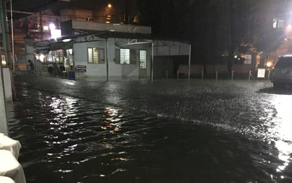 Bệnh viện ở Sài Gòn ngập sâu nửa mét, bác sĩ mang ủng đi khám cho bệnh nhân - Ảnh 4