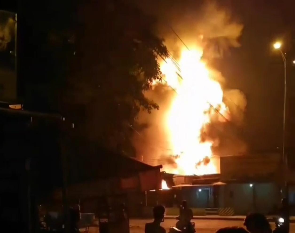 Đang cháy kèm nổ lớn gần cây xăng có nhiều xe bồn ở TP. Nha Trang - Ảnh 1