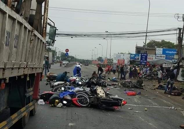 Tai nạn kinh hoàng tại Bến Lức: Xe đầu kéo mất lái tông bay hàng chục người, nạn nhân nằm la liệt trên đường - Ảnh 3