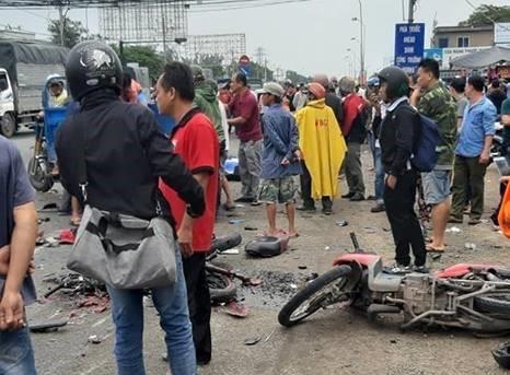 Tai nạn kinh hoàng tại Bến Lức: Xe đầu kéo mất lái tông bay hàng chục người, nạn nhân nằm la liệt trên đường - Ảnh 2