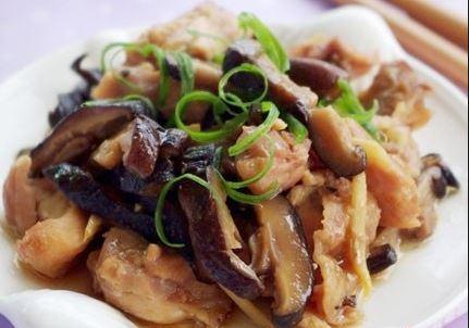 Người bị rối loạn tiền đình nên bổ sung món nấm đông cô xào thịt heo vào bữa ăn hàng ngày để cải thiện tình trạng bệnh