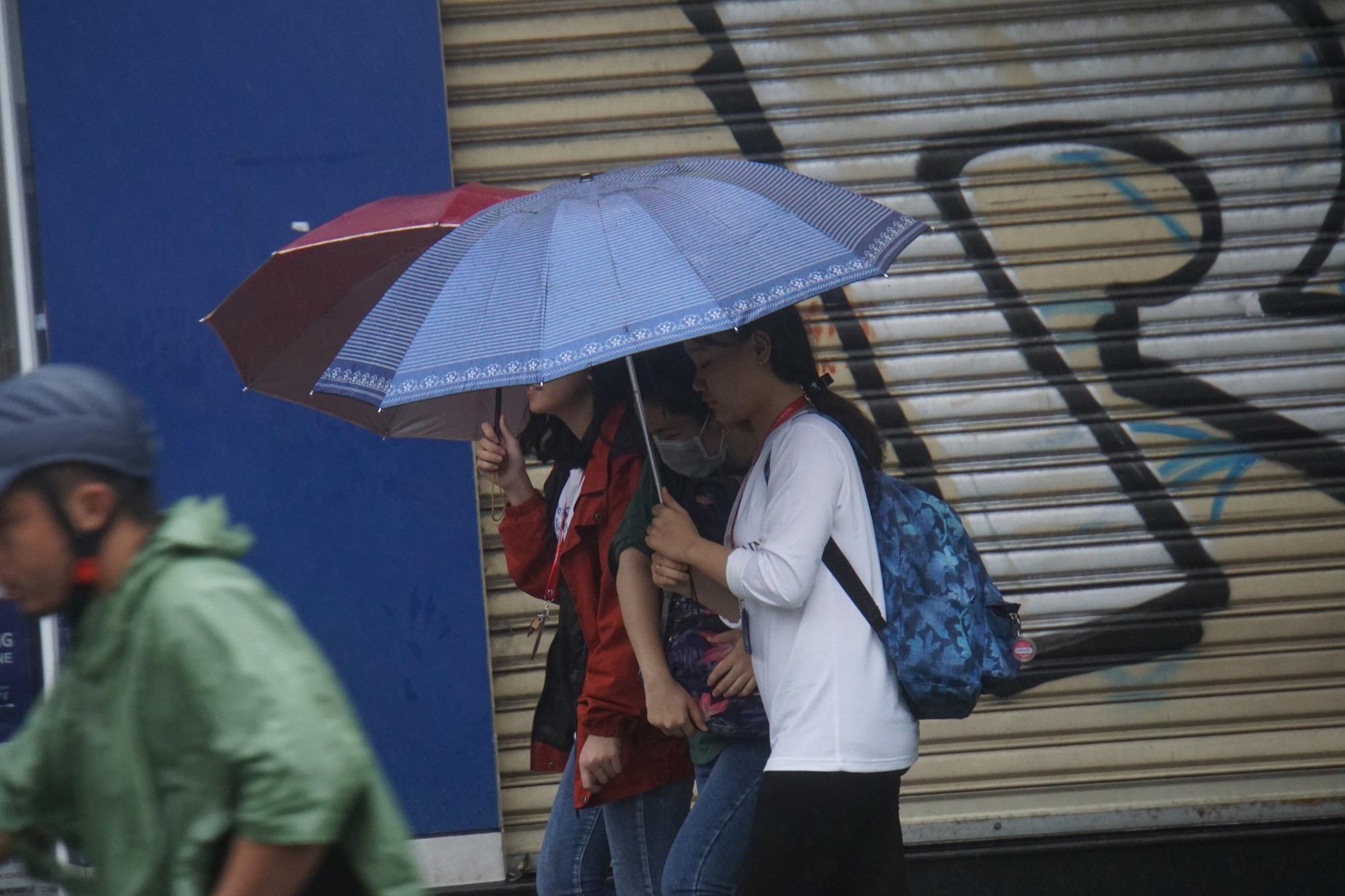 Bão Usagi đổ bộ, người Vũng Tàu tìm nơi trú tránh, dân Sài Gòn thảnh thơi - Ảnh 15