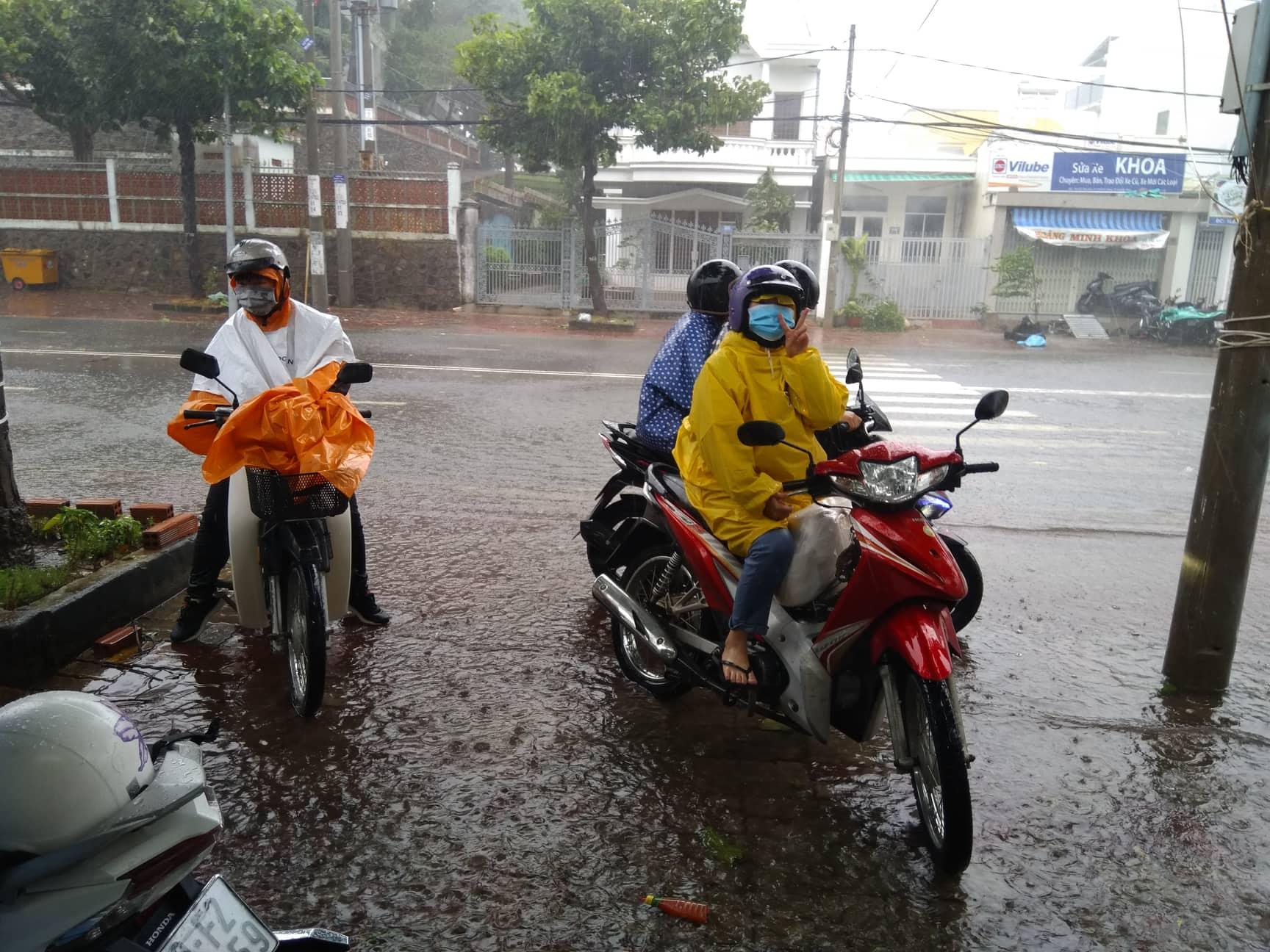 Bão Usagi đổ bộ, người Vũng Tàu tìm nơi trú tránh, dân Sài Gòn thảnh thơi - Ảnh 7