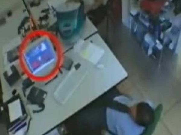 Người đàn ông dán camera dưới chân quay lén nữ đồng nghiệp