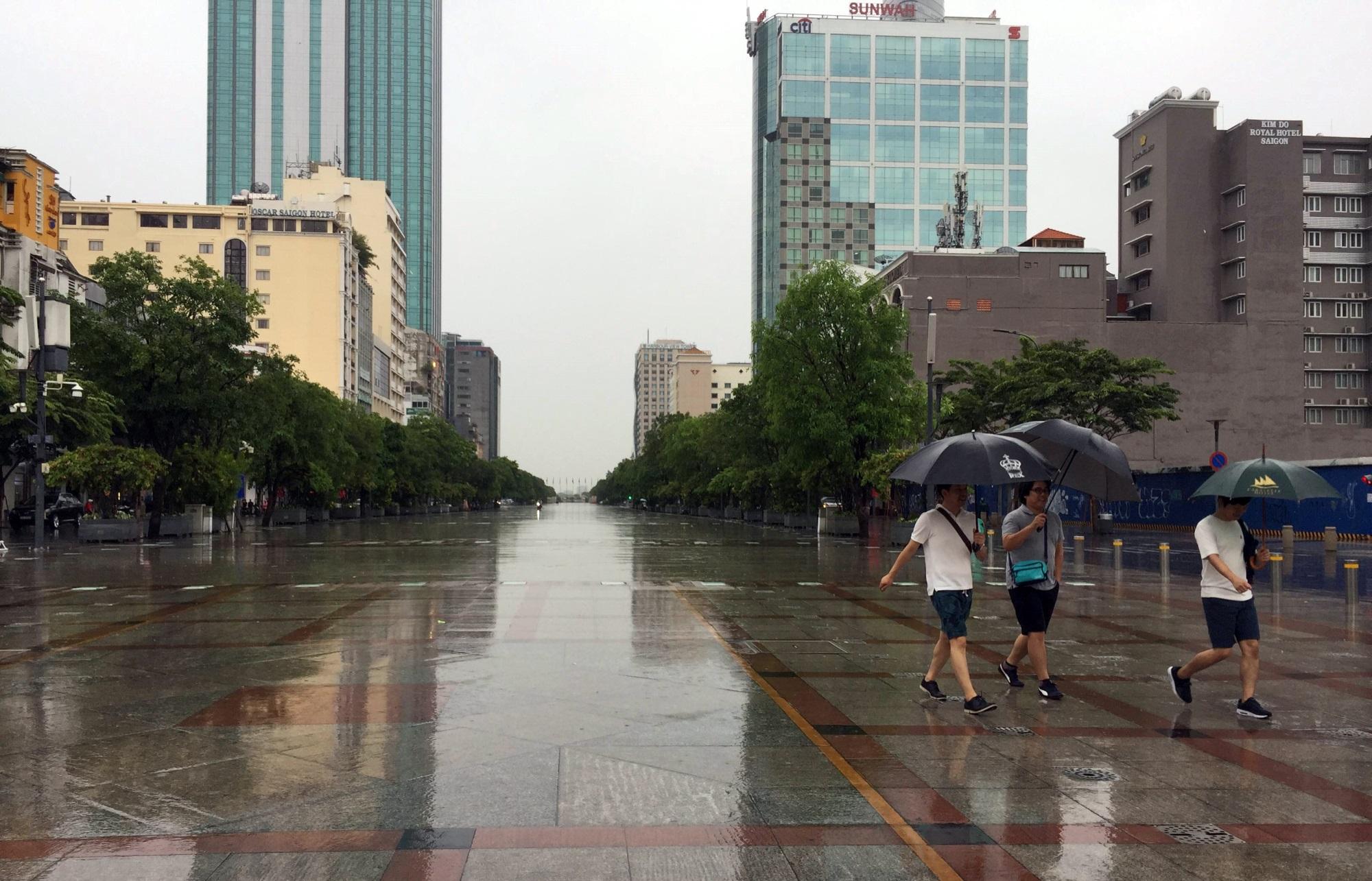 Sài Gòn mưa như trút nước, du khách thoải mái dạo mưa chụp ảnh - Ảnh 1