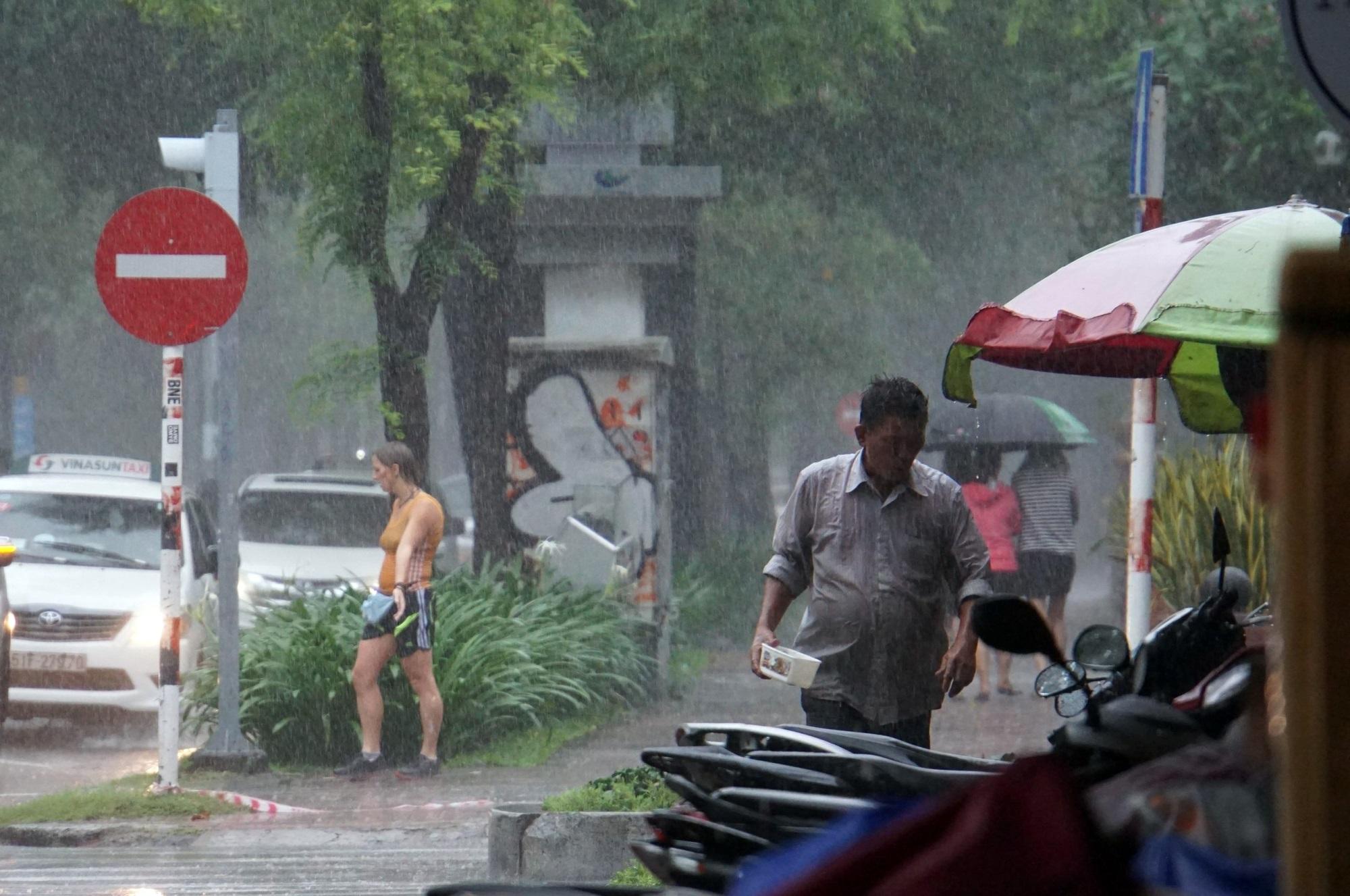 Sài Gòn mưa như trút nước, du khách thoải mái dạo mưa chụp ảnh - Ảnh 9