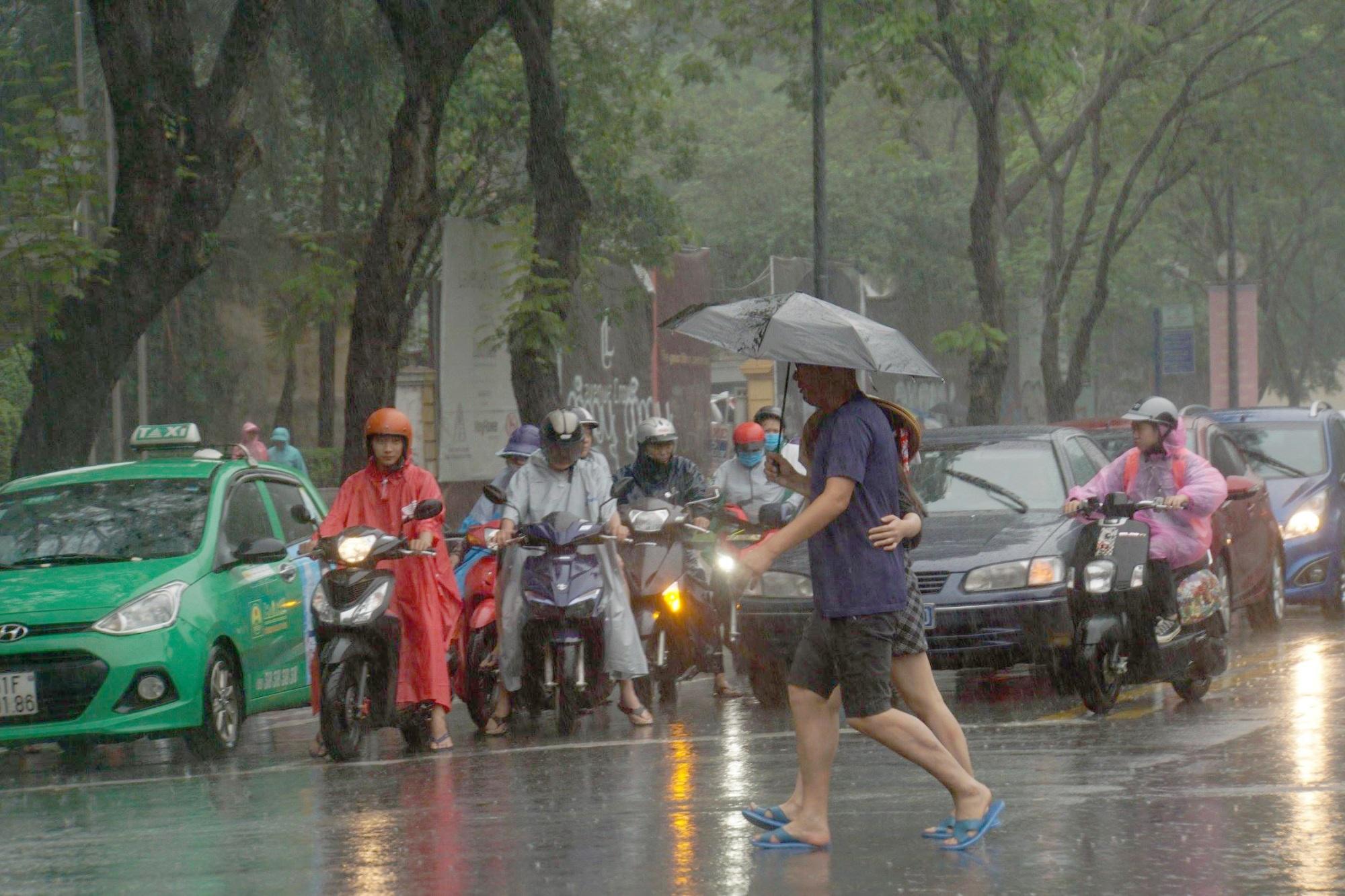 Sài Gòn mưa như trút nước, du khách thoải mái dạo mưa chụp ảnh - Ảnh 3