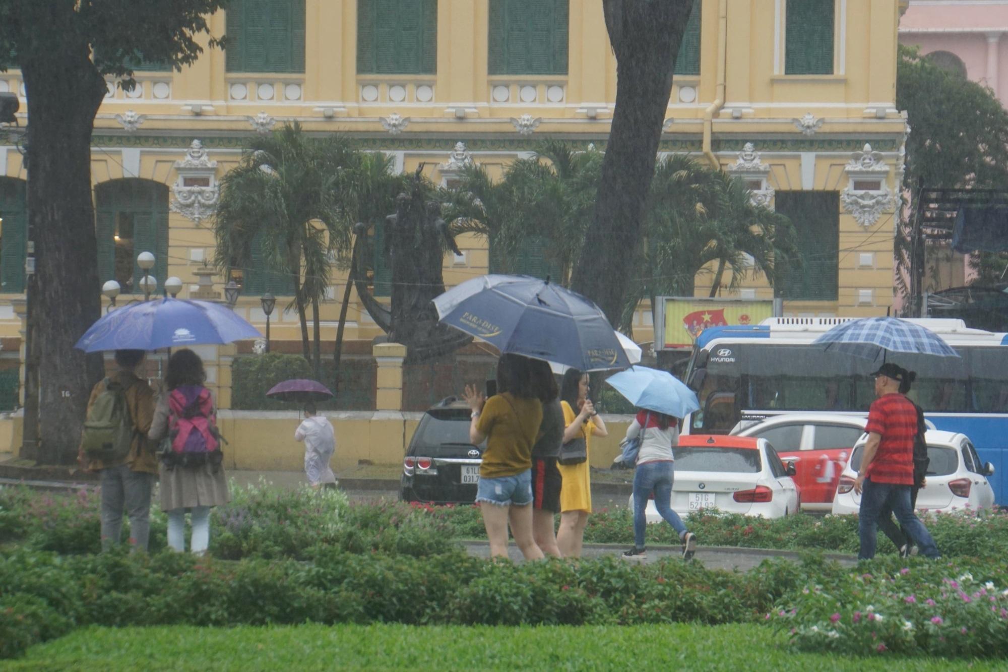 Sài Gòn mưa như trút nước, du khách thoải mái dạo mưa chụp ảnh - Ảnh 4