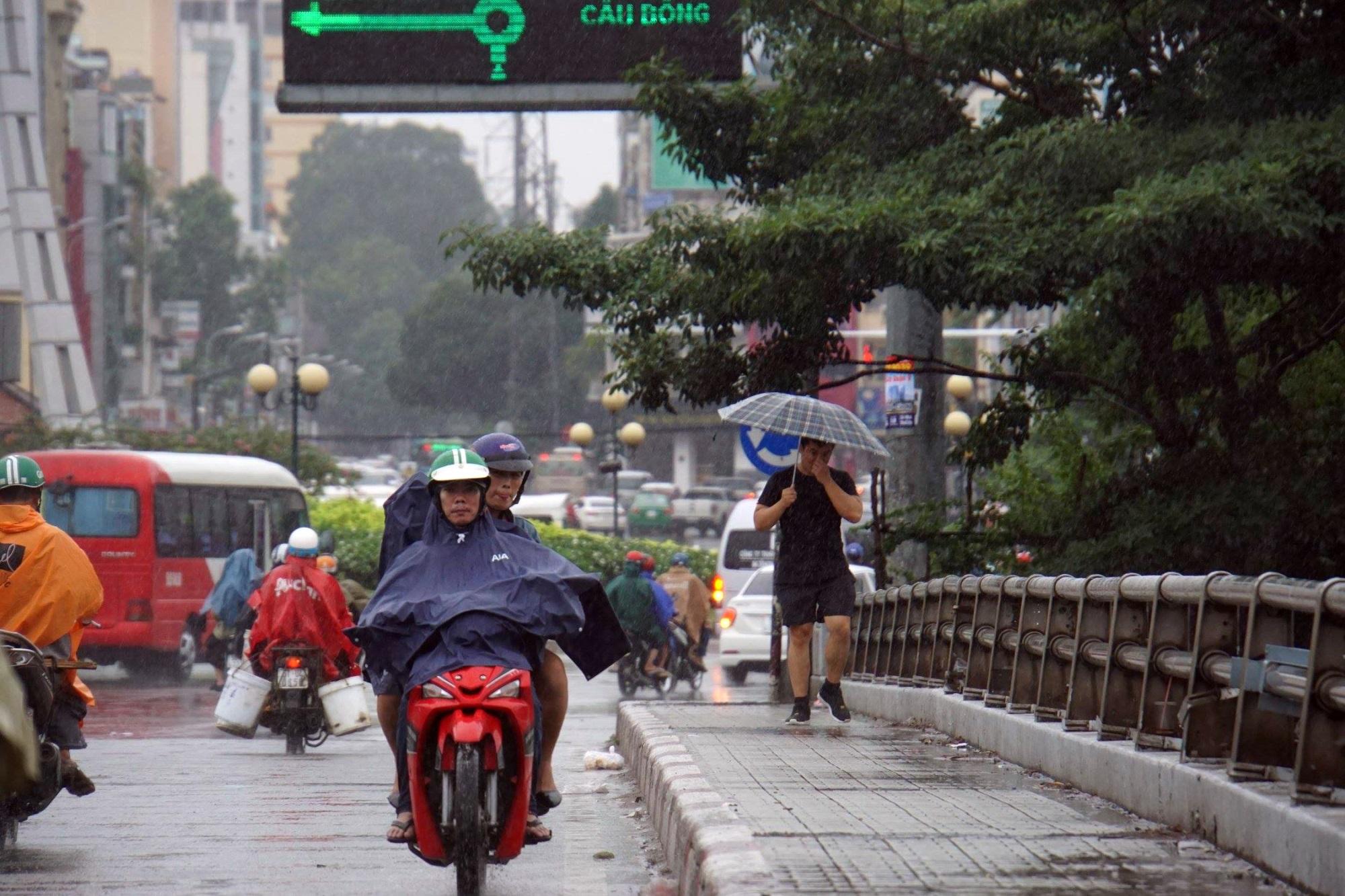 Sài Gòn mưa như trút nước, du khách thoải mái dạo mưa chụp ảnh - Ảnh 7