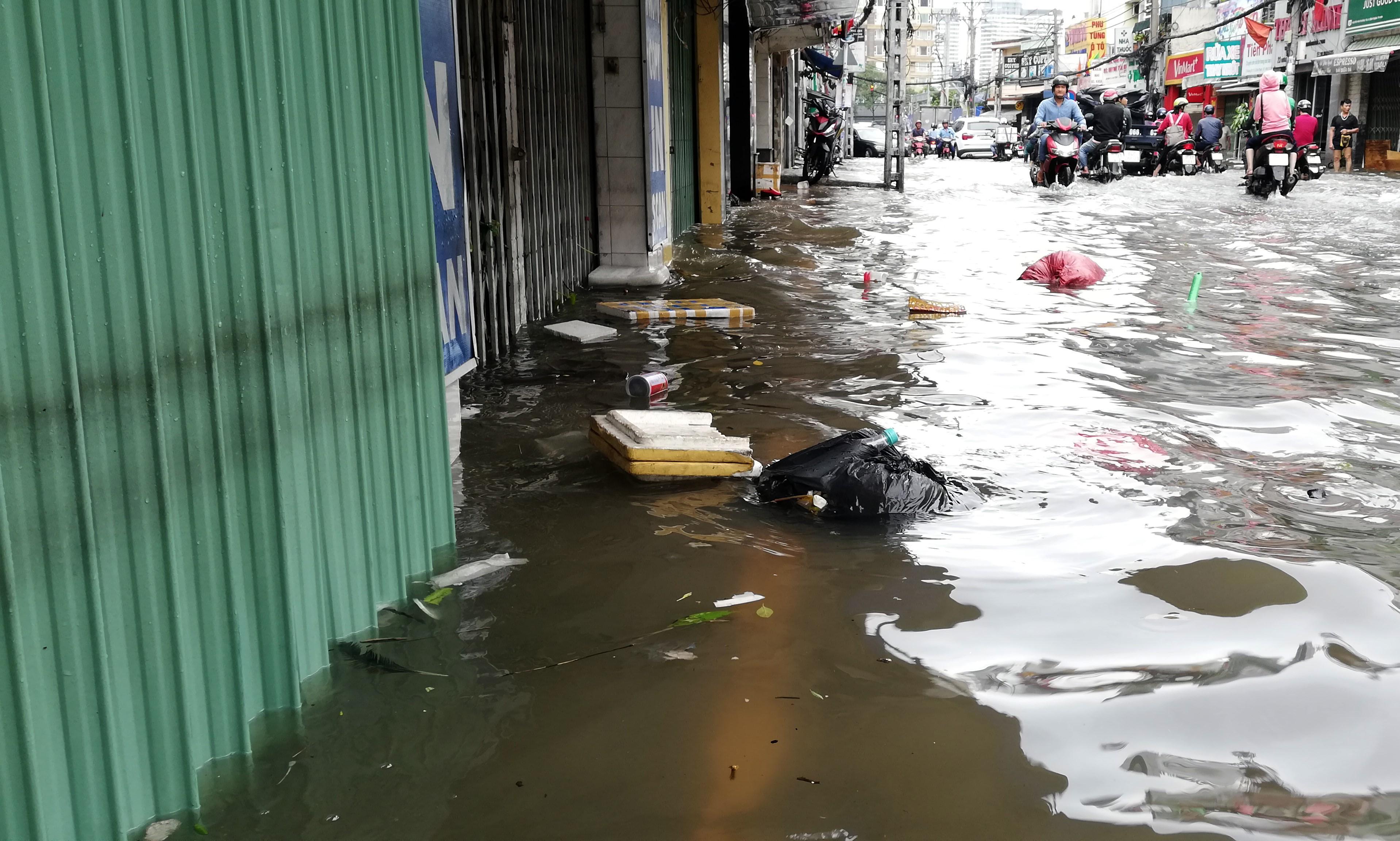 Sau một đêm tơi tả trong bão lịch sử, người Sài Gòn tiếp tục thở không ra hơi vì ngập nước kẹt xe nhiều giờ - Ảnh 16