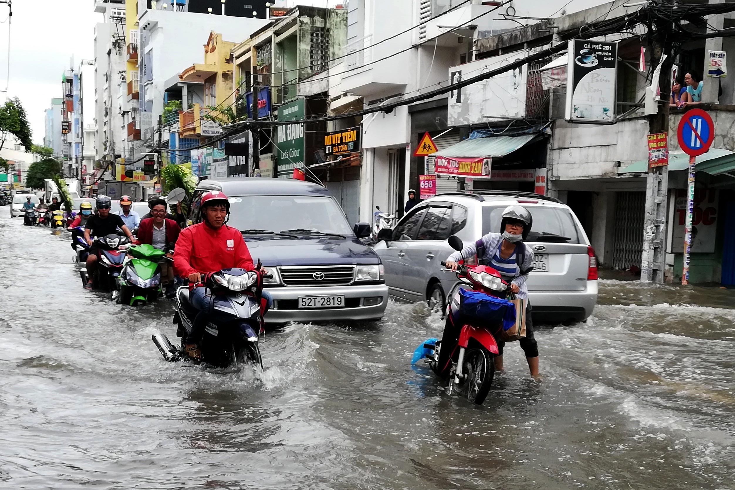 Sau một đêm tơi tả trong bão lịch sử, người Sài Gòn tiếp tục thở không ra hơi vì ngập nước kẹt xe nhiều giờ - Ảnh 12