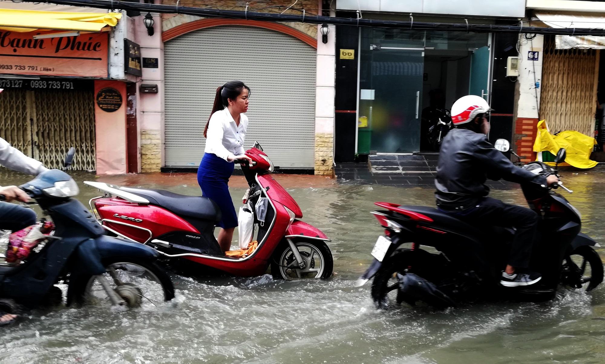 Sau một đêm tơi tả trong bão lịch sử, người Sài Gòn tiếp tục thở không ra hơi vì ngập nước kẹt xe nhiều giờ - Ảnh 14