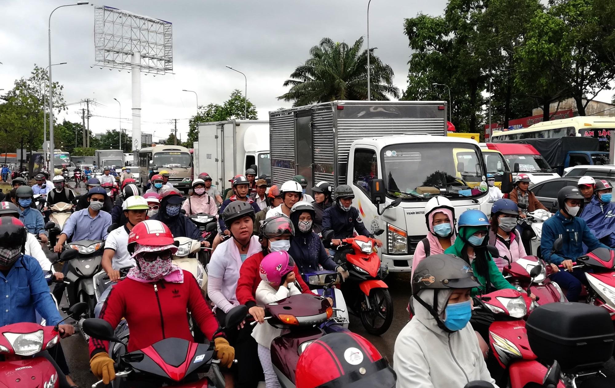 Sau một đêm tơi tả trong bão lịch sử, người Sài Gòn tiếp tục thở không ra hơi vì ngập nước kẹt xe nhiều giờ - Ảnh 3