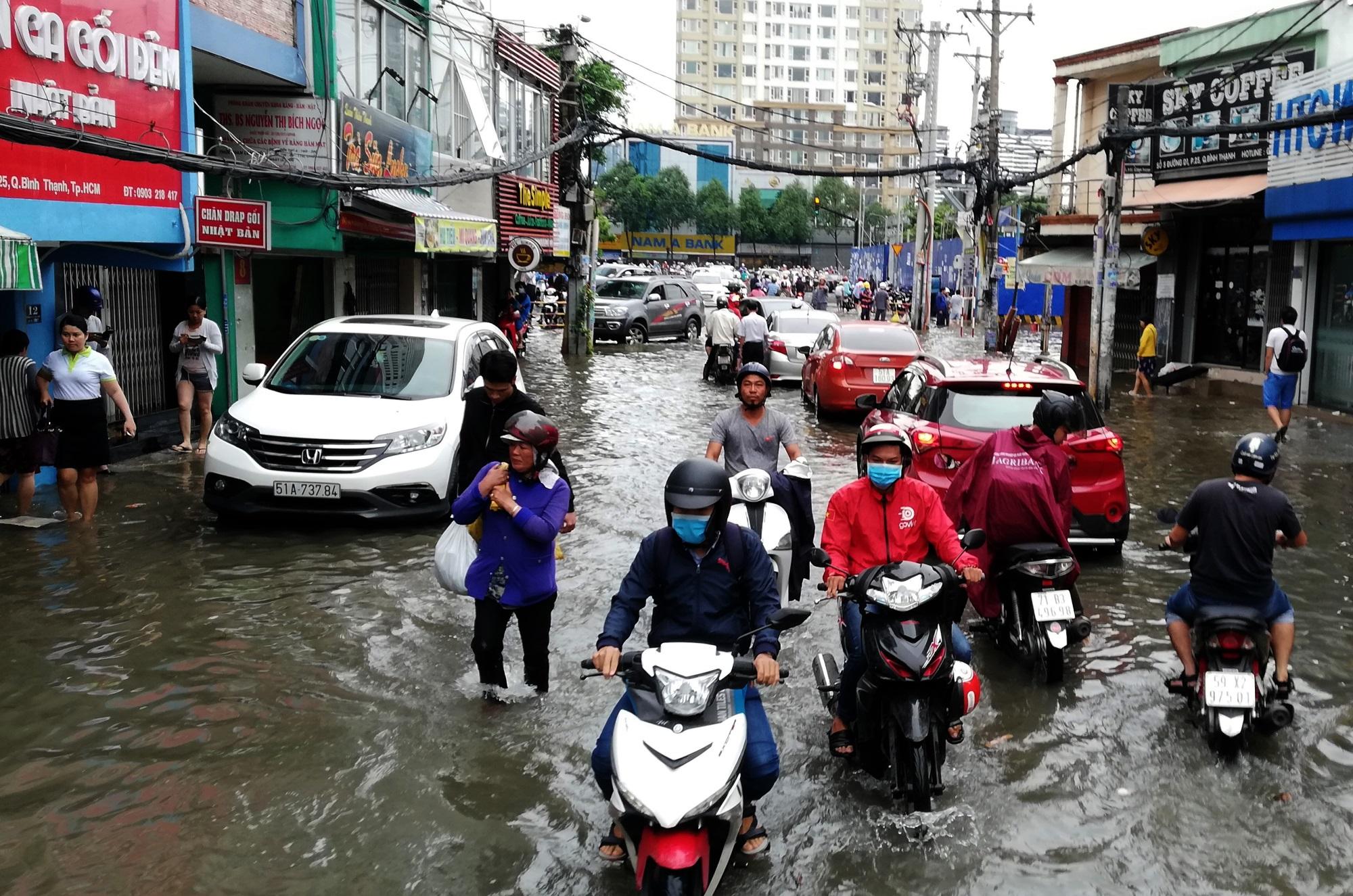 Sau một đêm tơi tả trong bão lịch sử, người Sài Gòn tiếp tục thở không ra hơi vì ngập nước kẹt xe nhiều giờ - Ảnh 9