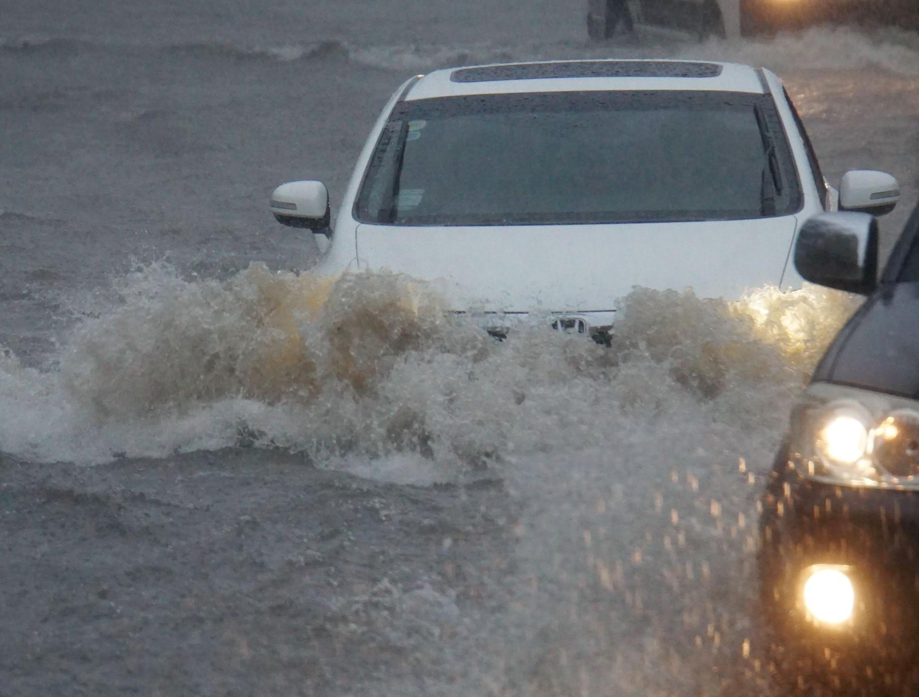Sài Gòn ngập kinh hoàng, cây ngã đè người đi xe máy tử vong trong tâm bão - Ảnh 8